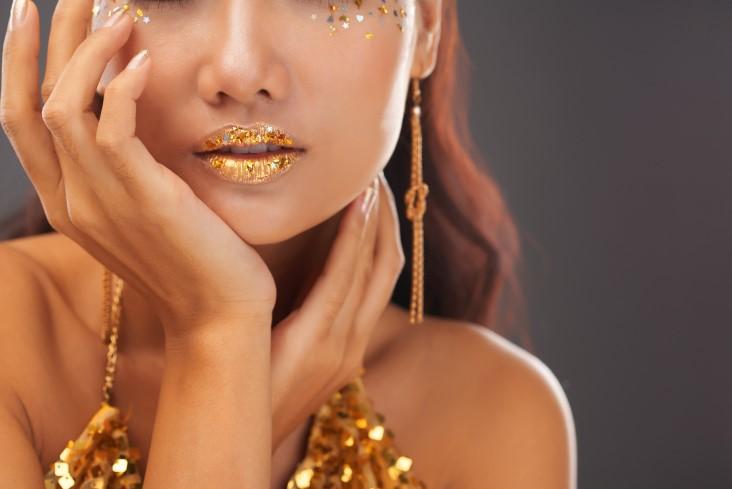 Glittery lipstick everyday makeup look